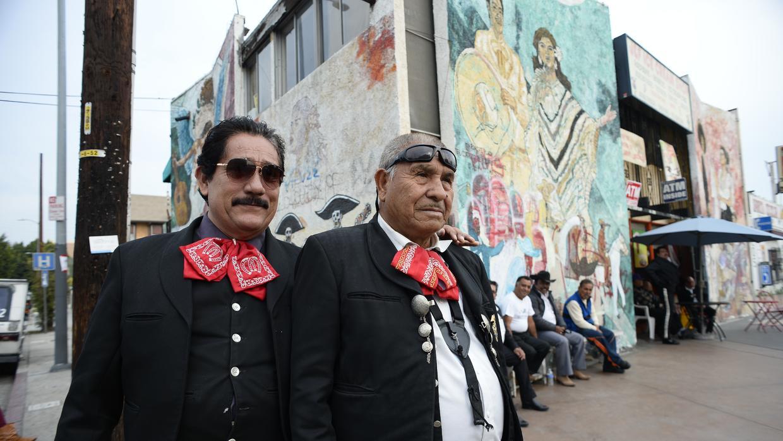 Mariachis se juntan en Mariachi Plaza en Boyle Heights, el 20 de diciembre 2014. La restauración del Hotel Mariachi cerca a esta plaza preocupó a muchos miembros de la comunidad por la posibilidad de que este centro de cultura se desaparecía. ROBYN BECK/AFP/Getty Images